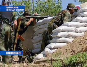 Южноосетинские военные ведут огонь.