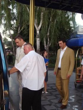 Подарки от братьев Кличко вывозили микроавтобусом.