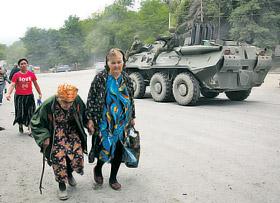 ...навстречу им в Россию идут вереницы осетинских беженцев. Они чудом спаслись от грузинских бомбежек.