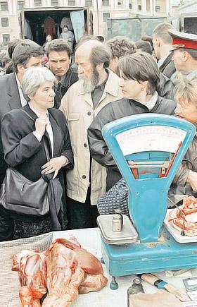 Со своей второй супругой Александр Солженицын разделил и лишения, и славу. (Снимок сделан во Владивостоке в 1994 году, когда писатель вернулся из изгнания.)