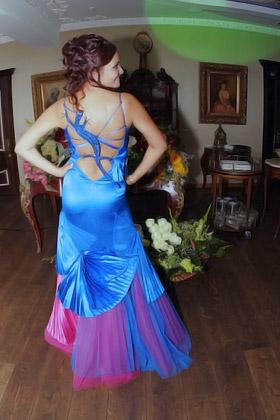 Оксана Караванская декорировала платье Виктории хвостатой живностью.