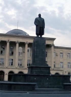 На главной площади Гори в гордом одиночестве стоит памятник отцу народов.