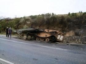Вдоль обочин дорог - остовы уничтоженной бронетехники.