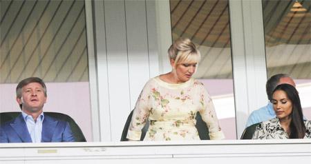 Президент «Шахтера» Ринат Ахметов следил за матчем в компании нардепа Раисы Богатыревой (в центре) и дочери главы государства Виталины Ющенко (справа).