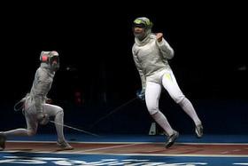 Чемпионский укол Харлан (справа) приносит команде пекинское «золото».