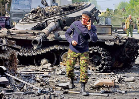 Югоосетинский боец радостно докладывает в штаб о подбитом грузинском танке.