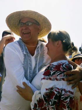Василий Вовкун обнимал мастериц и продавщиц.