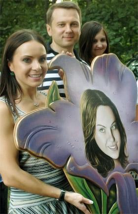 Лилии дарили ее же портреты (на заднем плане муж Подкопаевой - Тимофей).