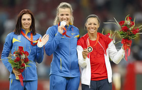 Украинки Людмила Блонская (слева) и Наталья Добрынская (в центре) отодвинули фаворитку Хилис Фонтейн на третье место.
