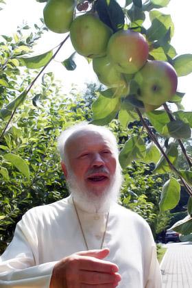 Сегодня предстоятель позавтракал яблоками, освященными в храме.