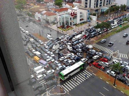 Нередко заторы на дорогах образуются еще и от крайней неуступчивости наших водителей.