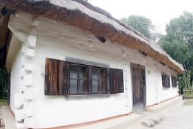 Каждый дом обставлен в соответствии с украинскими традициями.