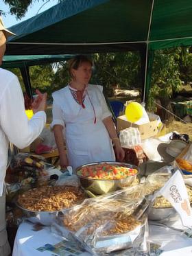 В «Пирогово» туристов угощают национальными блюдами.