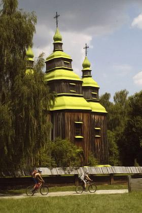 В церкви Св. мученицы Параскевы по большим праздникам проводят службу.