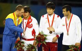 На церемонии награждения Федоришин (крайний слева) выглядел удрученным.