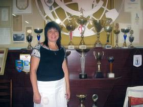 Мама олимпийской чемпионки на фоне семейного музея.