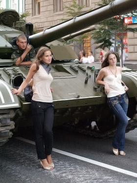 Девушки вовсю позировали возле танков.