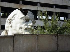 Кажется, даже памятник Ленину, который раньше стоял в центре Тбилиси, страдает вместе с живыми.