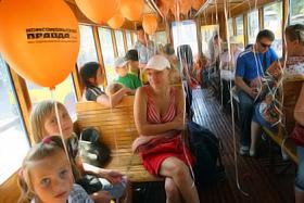 Директор Киевского музея транспорта Лидия Ливинская (в центре) увлекла всех рассказами о старом Киеве.