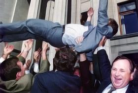 1996 год. Восторженные народные депутаты после принятия Конституции качают Михаила Сироту.