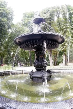 Чугунная чаша возле Мариинского дворца по праву считается одним из красивейших фонтанов Киева.