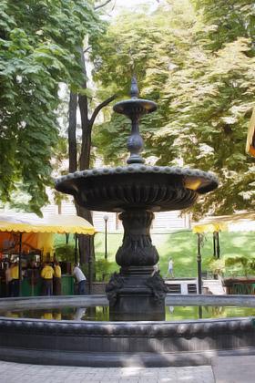 В кафе у Золотых ворот любят проводить время гости столицы.