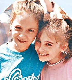 Даша (справа) с подружкой.