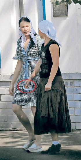 Маши Миронова (слева) и Голубкина в Муроме побывали в женском монастыре, где бывшая жена Фоменко купила иконку.