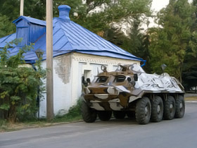 Военные на БТРах охраняют Лозовую от мародеров.