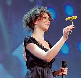 Ксения Раппопорт воспользовалась правом ведущей, чтобы подарить Брэду Питту цветочек.