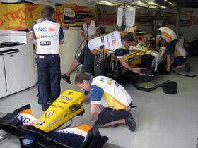 Боксы смахивали на операционную - перед началом гонки машины осматривались до мелочей.