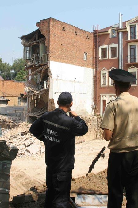 На улице Комсомольской обвалился трехэтажный дом. По счастливой случайности никто не пострадал.
