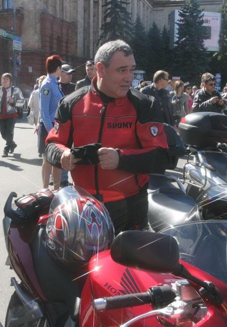 Главный милиционер области, генерал Александр Бобылев дважды за месяц выиграл крупные соревнования по мотогонкам.