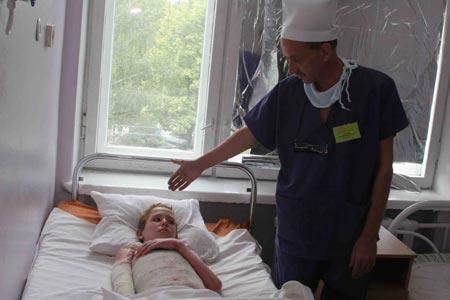 Через 13-летнего подростка Колю Гогу из поселка Приднепровский прошел электрический разряд в 330 тысяч вольт. Врачи говорят, что уже к концу сентября мальчика выпишут из больницы.