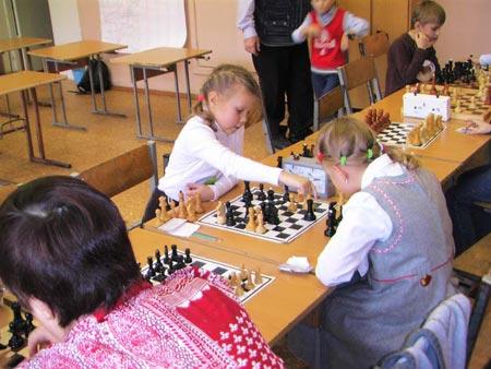 - А меня в шахматы научат играть?
