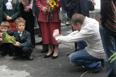 Перед тем как отправить сына за парту, Игорь Пелых присел с ним «на дорожку».