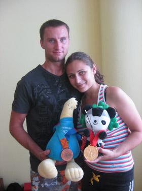 Виктор и его жена Аня украсили талисманы Афин и Пекина олимпийскими медалями.