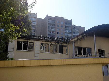 Обугленные балки - все, что осталось от крыши здания.