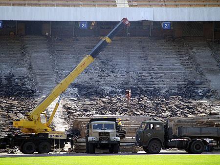 На главном стадионе страны - сейчас разруха.