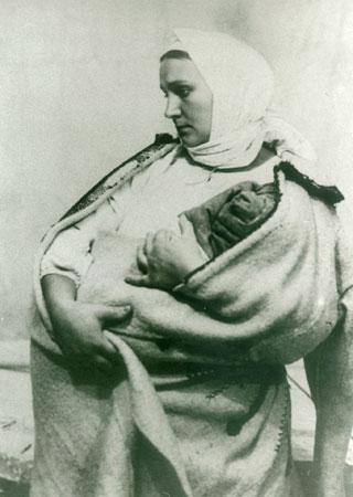 В образе Катерины актриса позировала скульптору Манизеру для памятника Т. Г. Шевченко в г. Харькове. 1934 год.