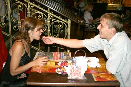 Виталий Попов теперь кормит свою жену Алину из рук.