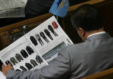Народный избранник от Партии регионов на заседании парламента почитывает газету. Фото УНИАН.