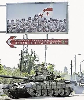 Исторический кадр: российский танк без боя въезжает на военную базу Сенаки, где инструкторы США готовили грузинских командос.