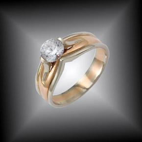 Кольцо из бело-желтого золота весом около 4 граммов с большим бриллиантом оказалось первым в жизни девушки.