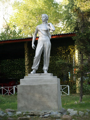 Памятник колхознице тут почитают до сих пор.