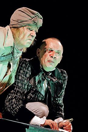 Сцена из спектакля «Мертвые души»: в роли Плюшкина - Игорь Костолевский, в роли Чичикова - Сергей Арцибашев.