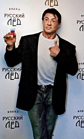 Слай охотно поднял рюмку цветов российского флага за Россию и свой характер от прабабушки.