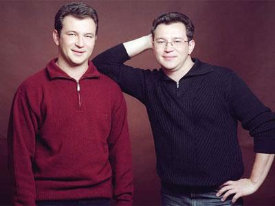 Александр (справа) с братом-близнецом Игорем всегда готовы поддержать маму.