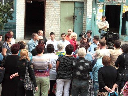 Жильцы дома по пер. Парусный, 13, как и жители сотен других домов Днепропетровска, День города отпразднуют в ужасных бытовых условиях.