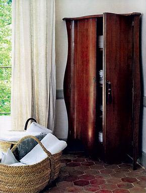 Лен - идеальный материал для деревенского стиля. Однако мебель и аксессуары должны быть соответствующими: в сочетании со слишком накрученным интерьером шторы «а-ля холстина» будут смотреться странно.